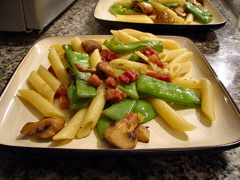 Penne with mushrooms, bacon and green beans
