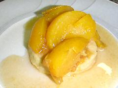 Ginger cookie with stewed peaches