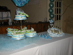 The cake and gifts for guests