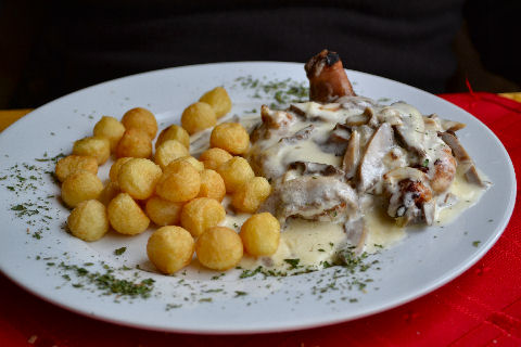 Kenos - chicken with mushroom sauce